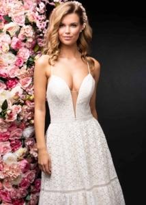 Braut in weißem Brautkleid von Itsmydress