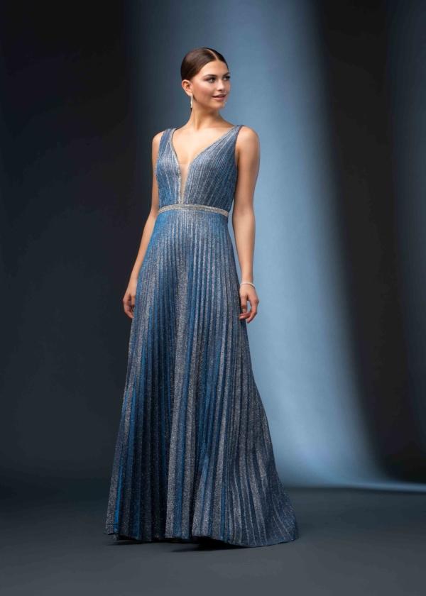 Model mit eleganten blauen Abendkleid von Itsmydress
